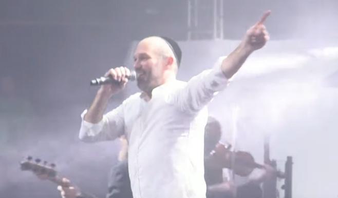 צפו ביונתן רזאל מקפיץ את הקהל: עוצו עצה