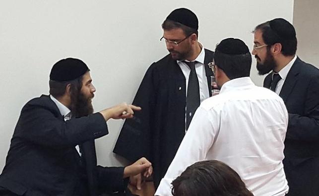 """ראש עיריית אלעד ישראל פרוש עם עו""""ד יואב ללום, בביהמ""""ש"""