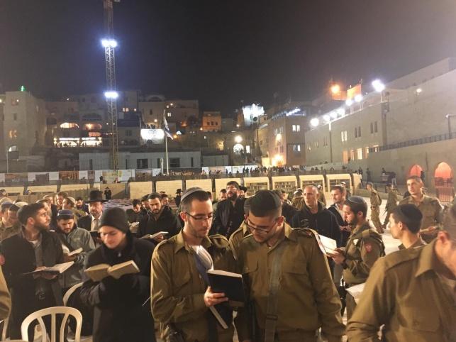 """חיילי ה'נח""""ל החרדי' התפללו לשלום חברם"""