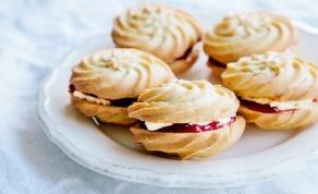 עוגיות שושנים וינאיות במילוי קרם וריבה - עוגיות שושנים וינאיות במילוי קרם וריבה - פרווה