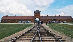 תיירים במחנה ההשמדה אושוויץ