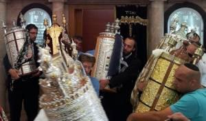 הוצאת ספרי התורה מבית הכנסת