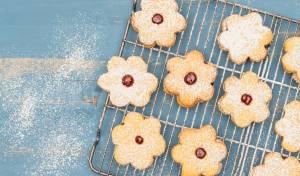 עוגיות פרחים קטנות ומטריפות במילוי ריבה