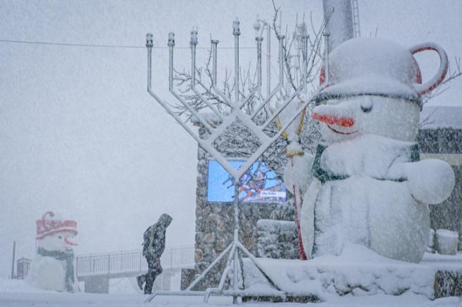 השלג נערם: החנוכייה בחרמון כוסתה בלבן