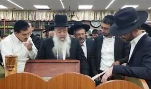 צפו: הרב יגאל כהן בקריאת מגילת אסתר
