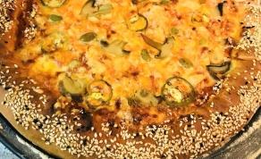 פיצה עם שוליים ממולאים בגבינה