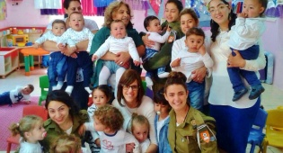 הגן המעורב. שרית סויסה (במרכז), צוות הגן המגוון והילדים