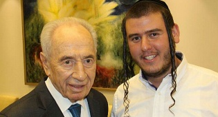 בערל'ה יעקובוביץ עם הנשיא שמעון פרס
