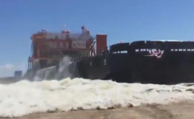 צפו: ספינת הענק ירדה למים והציפה את החוף