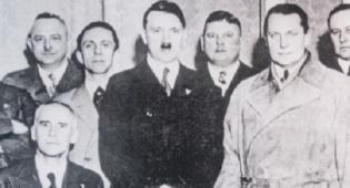 היטלר עם חבריו למפלגה - לפני הנאצים: היטלר נדחה ממפלגה אחרת