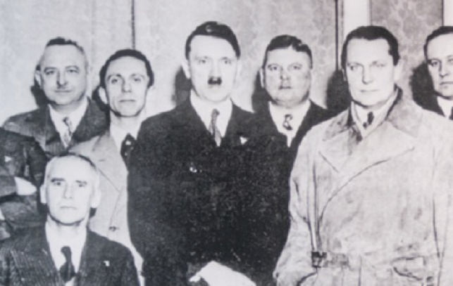 היטלר עם חבריו למפלגה