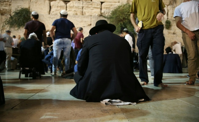 לֵיל חָרַב בֵּיתִי וְנִשְׂרְפוּ אַרְמוֹנָי • קינות בסמוך לשריד המקדש