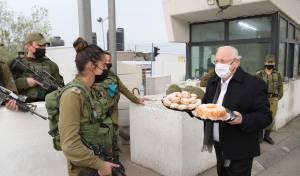 הנשיא חילק סופגניות ועוגות לחיילים; תיעוד