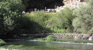 מערת פמיאס, מוצא המים