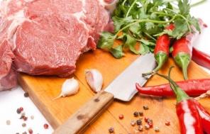 מתכון: חזה בקר בתנור לצד תפודים אפויים