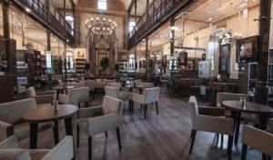 מראה מזעזע של בית קפה בבית הכנסת בטרנבא