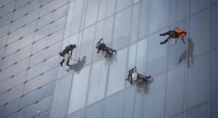 שכירי חבל: איך מנקים חלון בגובה 100 מטר?