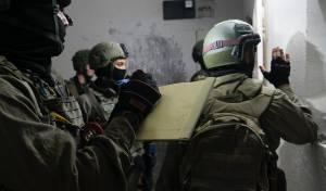 חיילים מודדים את הבית לקראת ההרס, לפני הפסיקה