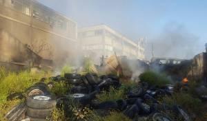 השריפה במגרש הגרוטאות - פצוע קשה בשריפה; עשן כבד בגוש דן