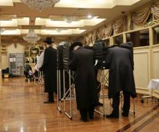 אברכים חסידיים עומדים בתור להצביע בבחירות