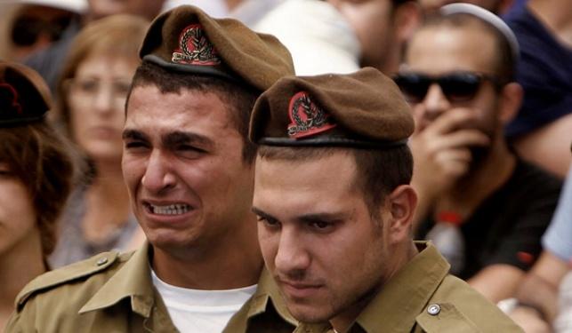 חיילים בלוויית חבריהם שנפלו בקרבות בעזה