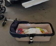 עגלת התינוק בזירת התאונה - פעוט עף עם 'אמבטיית' העגלה - ונפגע קל
