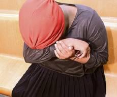האם החשודה, בבית המשפט - התינוק שהתעוור מטלטולי הוריו - שב לראות