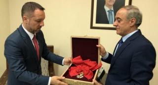 האות מוחזר לשגרירות רומניה - בשאר אסד החזיר לצרפת את אות הכבוד