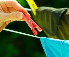 תליית כביסה. אילוסטרציה - כאבי גב מהכביסה? המתקן הטוב בעולם לייבוש