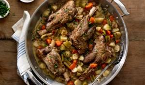 שוקי טלה מבושלים עם ירקות ברוטב יין לבן לימוני