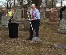 פנס בבית הקברות - סגן הנשיא ניקה את בית הקברות שחולל