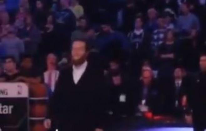 """צפו: חרדי שר  המנון ארה""""ב ב-NBA"""