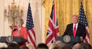 """תרזה מיי בביקורה בבית הלבן - דיווח: בריטניה לא תשתף מידע עם ארה""""ב"""