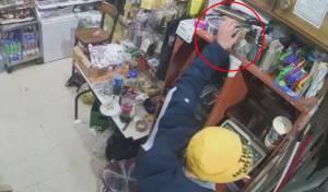 בתוך שניות: כך נגנבה קופת צדקה מהחנות