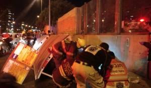זירת התאונה - גג תחנת האוטובוס קרס ו-2 נשים נפצעו