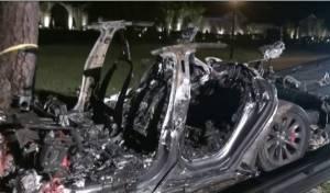 הרכב האוטונומי התנגש בעץ; שניים נשרפו