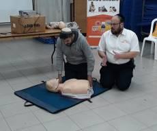 """הדרכת עזרה ראשונה בקורס """"משפחה בטוחה"""" של איחוד הצלה"""