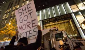 תומכיה של קלינטון מפגינים מול מגדל טראמפ