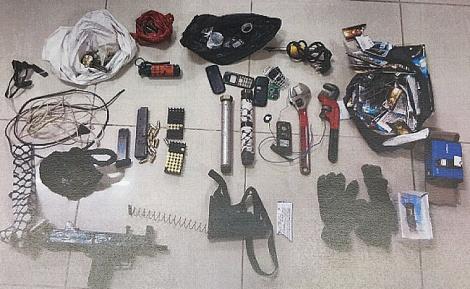 חלק מהנשק והאמצעים שנתפסו - נחשפה החוליה שהניחה את מטען החבלה
