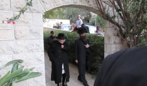 ר' שמואל בפתח הבניין בשערי חסד