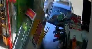 רגע התאונה - אישה נכנסה עם רכבה אל תוך הקיוסק • צפו