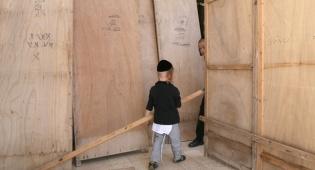 ילד בבניית סוכה במאה שערים