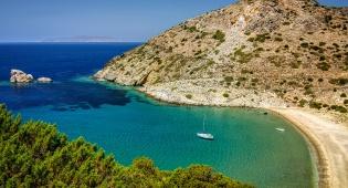 נוף באי היווני סיירוס