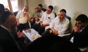 תיעוד: הרבנים הגיעו לנחם את הפייטן שאמו נהרגה