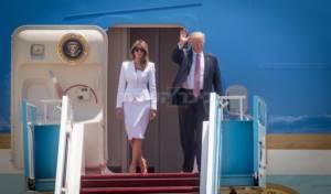 הזוג הנשיאותי בפתח המטוס בביקורם בישראל