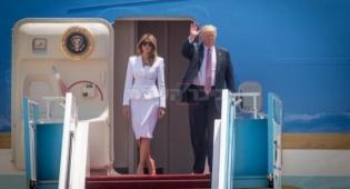 הזוג הנשיאותי בפתח המטוס בביקורם בישראל - טראמפ אישר שדרוג למטוס הנשיאותי בשווי 24 מיליון דולר