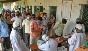המתנה בכניסה לבית חולים בהודו