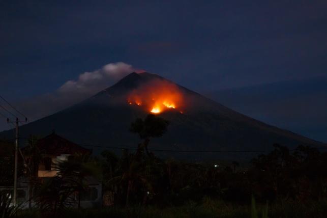 תחילת התפרצות הר הגעש אגונג