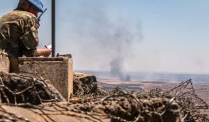 """חייל או""""ם צופה על עשן מיתמר בסוריה - הפסקת אש בדרום סוריה - עד יום חמישי"""