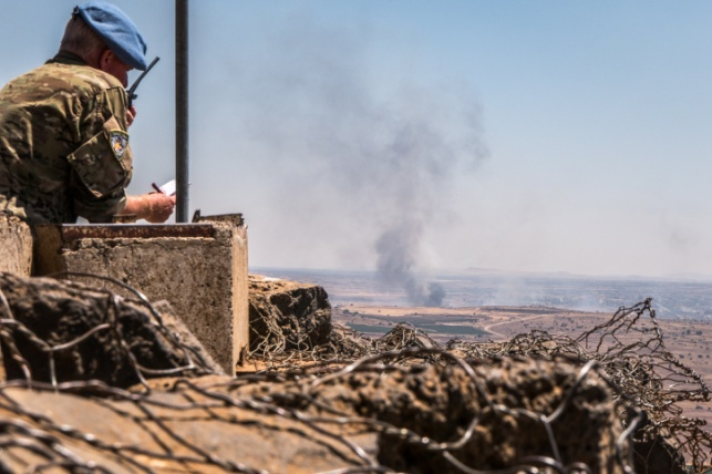 """חייל או""""ם צופה על עשן מיתמר בסוריה"""